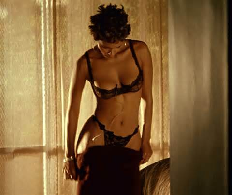 Halle Berry exposed tits and upskirt paparazzi pictures
